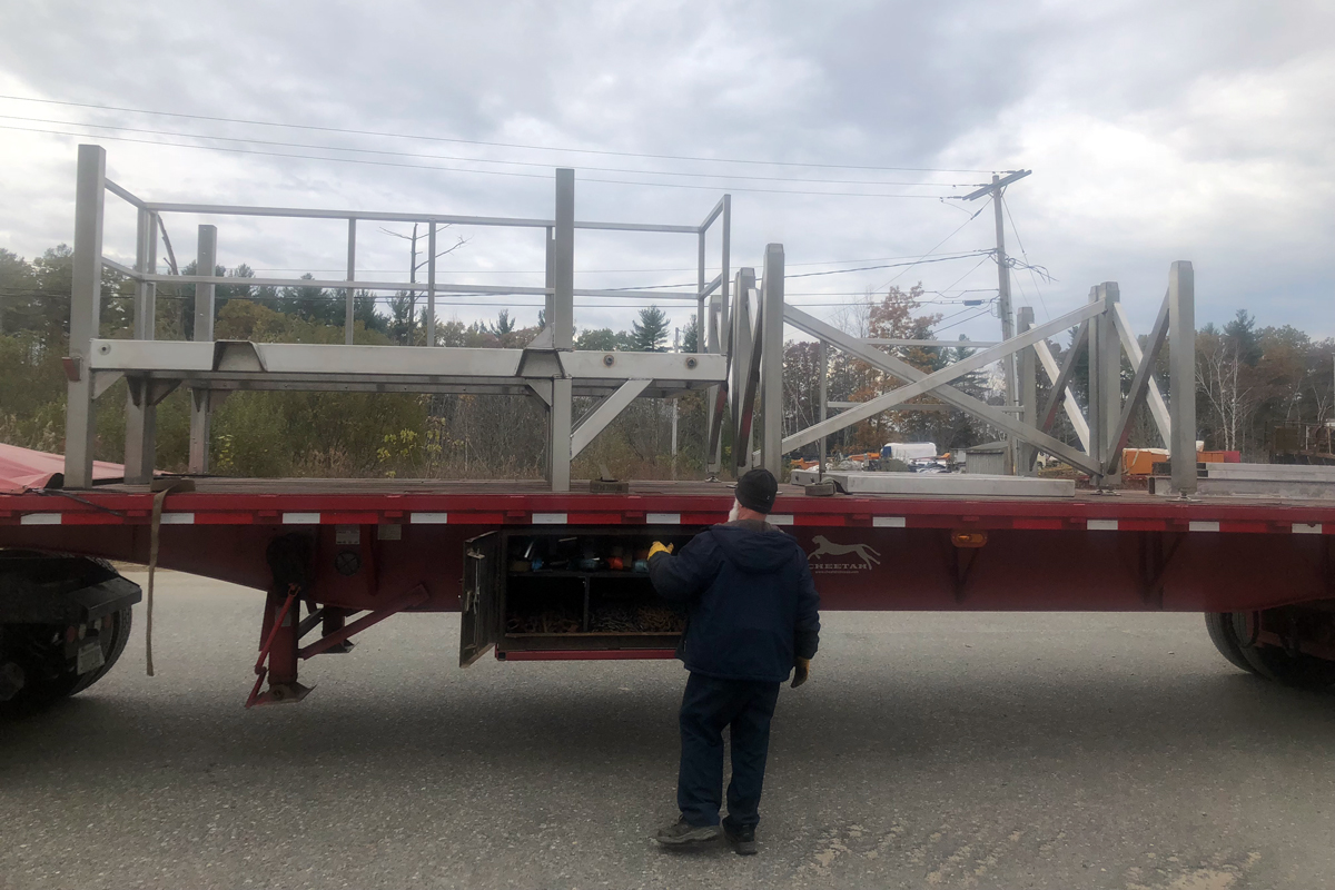 Securing the frame sections on the flatbed for transport
