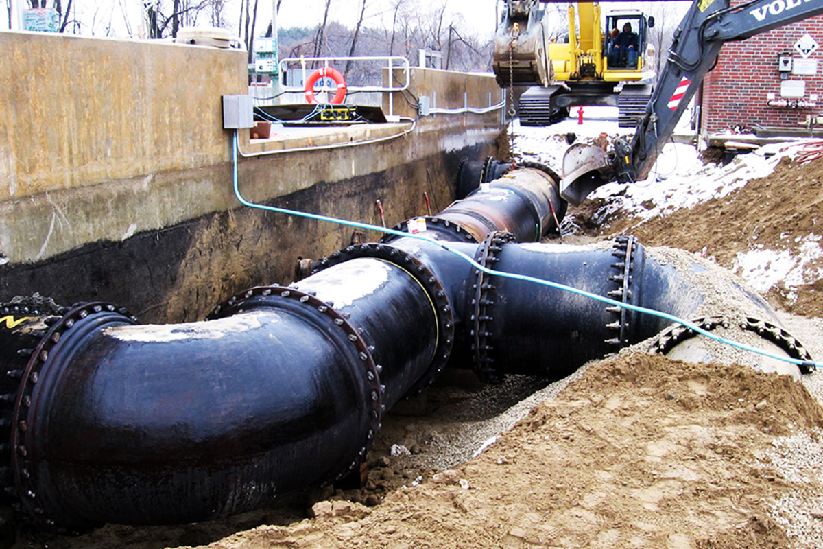 Installing new main sewer lines at the new pump station